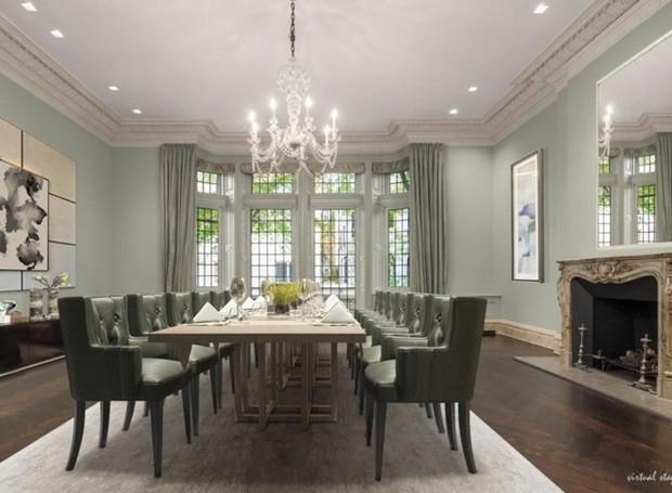 A sala de jantar conta com lareira, uma mesa longa e um lustra clássico (Foto: Trulia/ Reprodução)