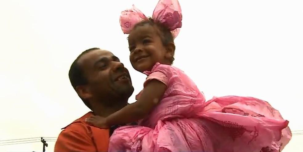 Sem recursos, pai cria fantasia de sacola para filha ir a festa em escola de SC — Foto: Reprodução/NSC TV