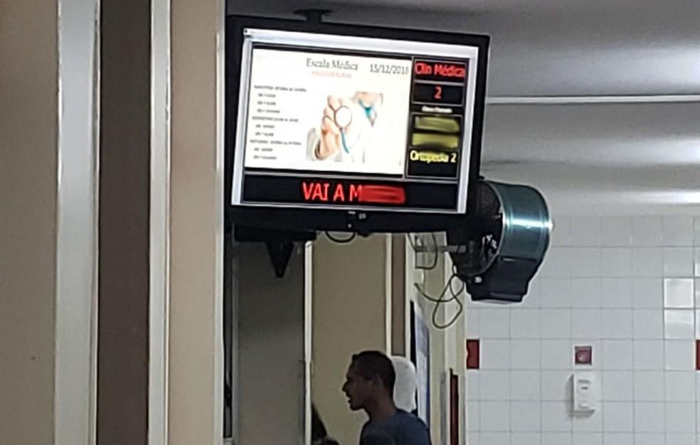 """""""Vai à m..."""" Xingamento é exibido em painel de atendimento no Hospital Regional de Planaltina, no DF.  — Foto: Arquivo Pessoal"""