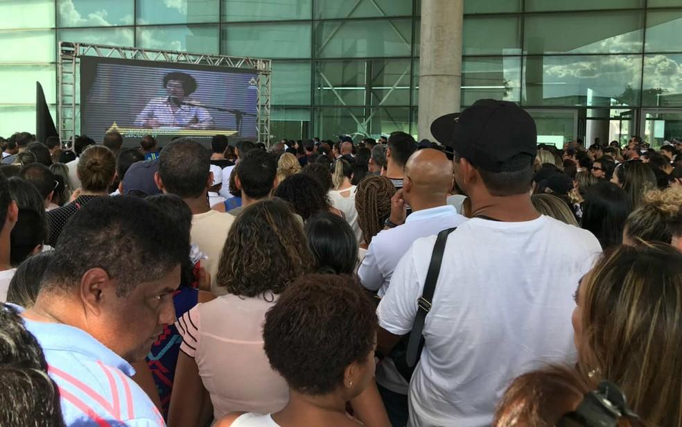 Público acompanha sessão extraordinária por telão na área externa na CLDF — Foto: Maíra Alves/G1