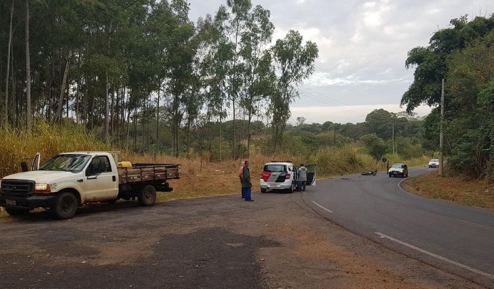 Curva onde o motociclista perdeu o controle do veículo e bateu na caminhonete, segundo a polícia (Foto: Josiane Lorensetti)