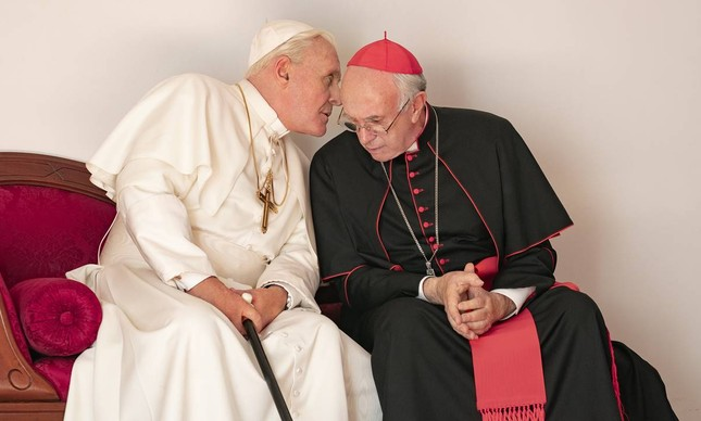 "Anthony Hopkins (Bento XVI) e Jonathan Pryce (Francisco) no filme ""Dois Papas"""