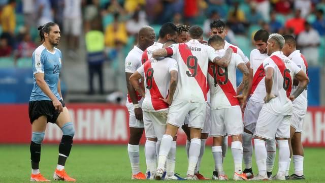 Jogadores do Peru se reúnem no meio de campo