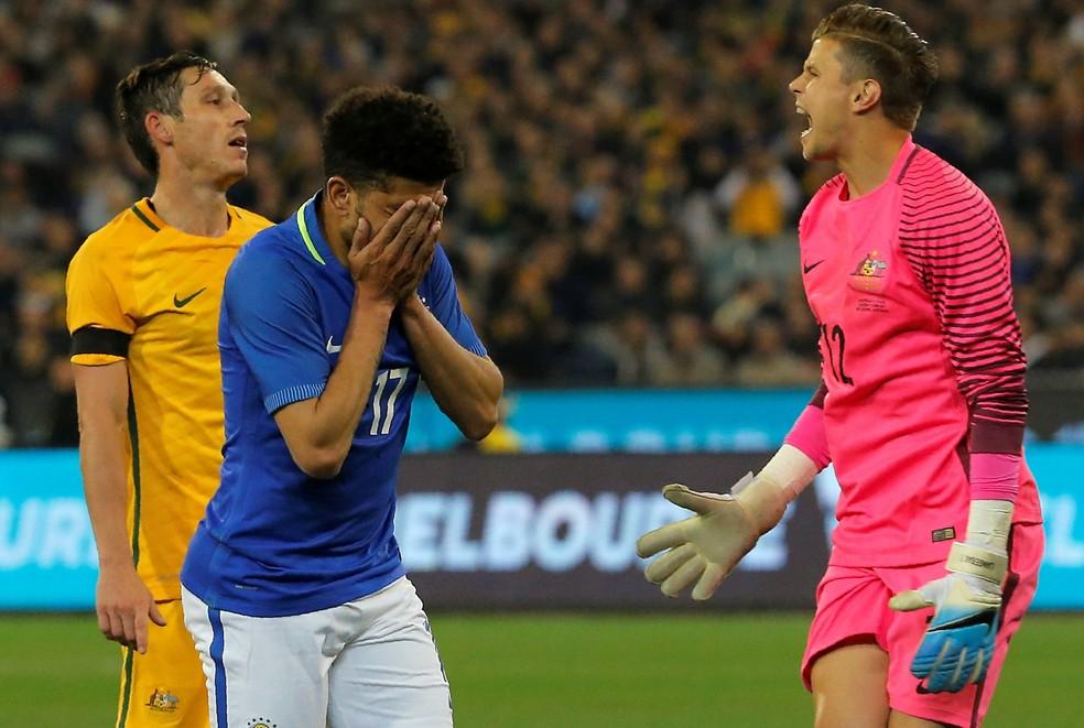 Taison se emociona ao marcar um dos gols da Seleção contra a Austrália: foi o primeiro do atacante pelo Brasil (Foto: Reuters)