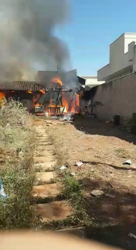 Dois cachorros morrem em incêndio em residência de Americana