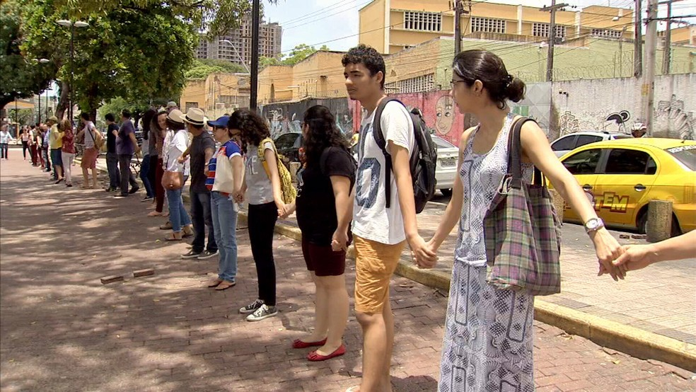 Estudantes abraçam Praça da Gentilândia, no Benfica, em protesto por paz após chacina. (Foto: TV Verdes Mares)