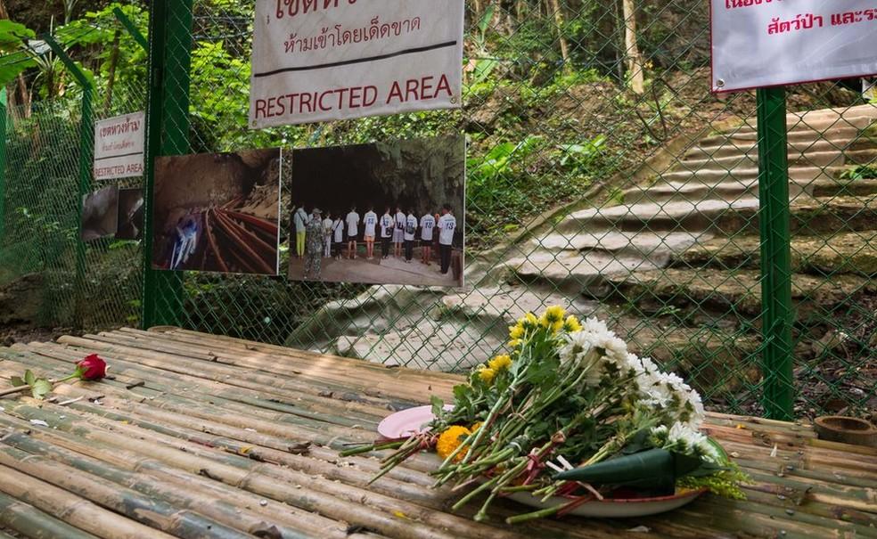 A entrada do complexo de cavernas Tham Luang agora está fechada — Foto: BBC