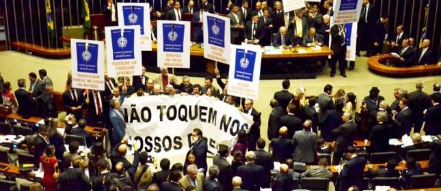 Votação da reforma trabalhista no plenário da Câmara dos Deputados, em Brasília, na tarde desta quarta-feira. Na foto, parlamentares da oposição protestam durante a leitura do relatório do deputado Rogério Marinho (PSDB-RN) (Foto: Renato Costa / FramePhoto / Agência O Globo)