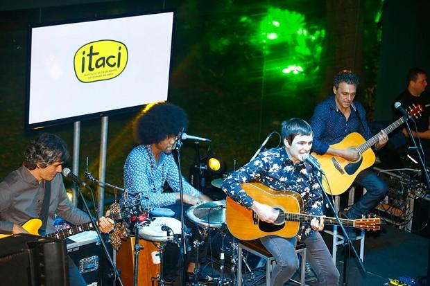 Samuel Rosa em prol Itaci (Foto: Marcelo Navarro/ Divulgação)