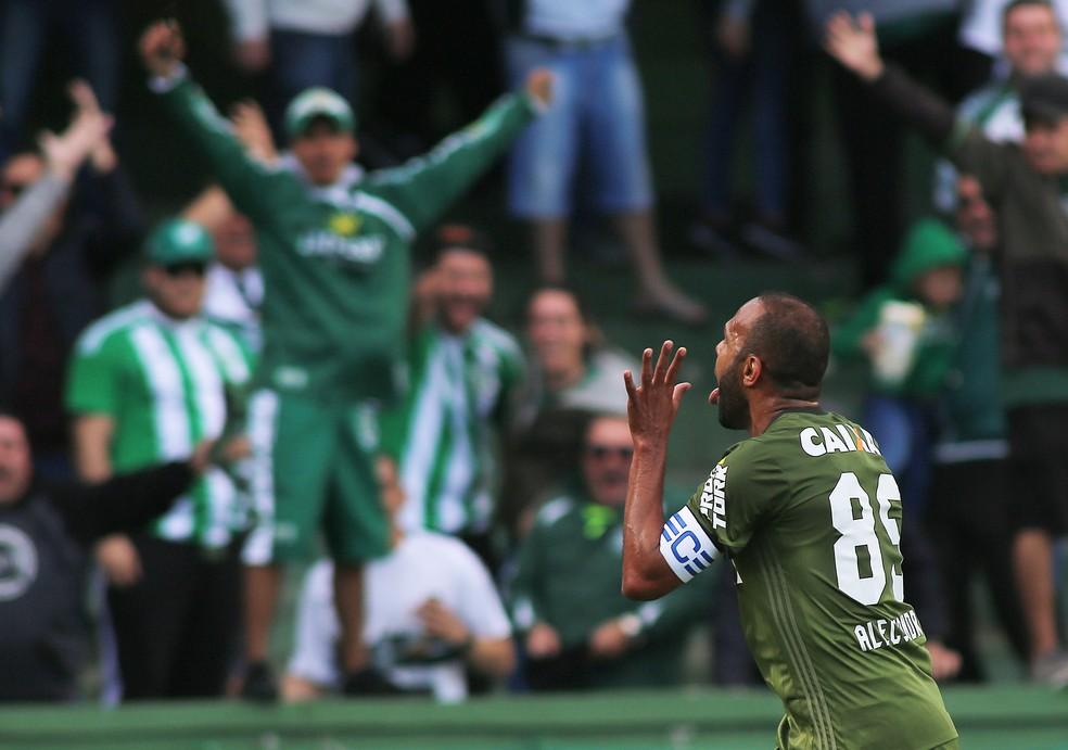 Alecsandro comemora primeiro gol da vitória coxa-branca (Foto: Giuliano Gomes/PR PRESS)