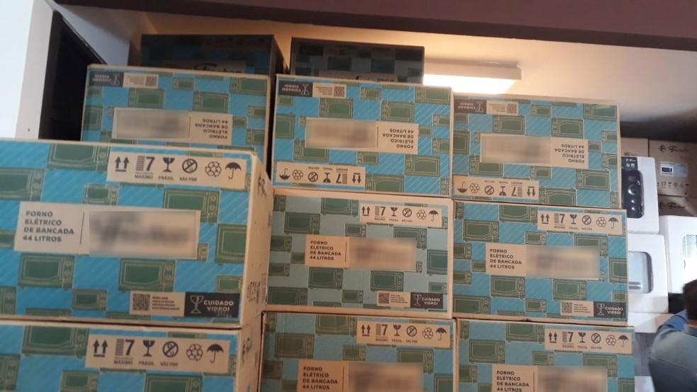 Após rastreamento, 223 fornos elétricos roubados foram levados para a Delegacia de Arapongas, no norte do Paraná, nesta terça-feira (27) (Foto: Polícia Civil/Divulgação)
