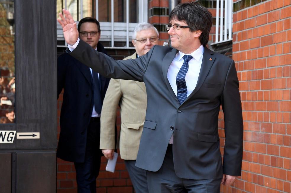 -  Ex-presidente da Catalunha, Carles Puigdemont, deixa prisão na Alemanha, nesta sexta-feira  6   Foto: Fabian Bimmer/Reuters