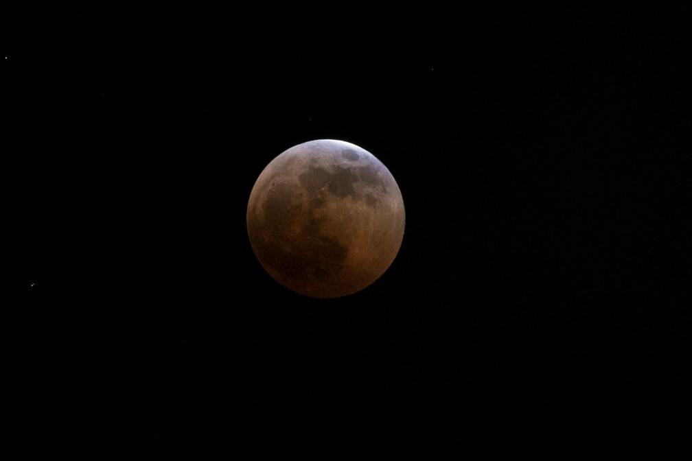 Lua de sangue fotografada no céu de Nairobi, no Quênia, durante eclipse lular total (Foto: Baz Ratner/Reuters)