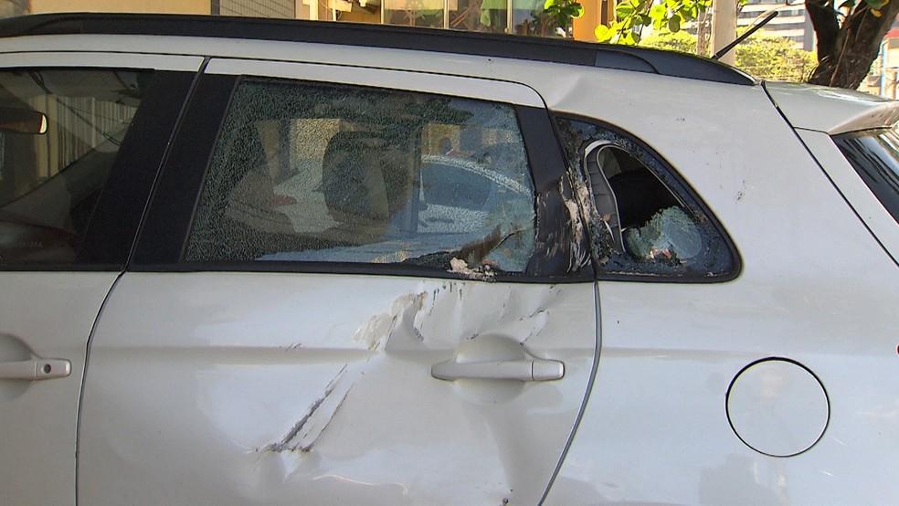 Um dos carros ficou bastante destruído — Foto: German Maldonado/TV Bahia