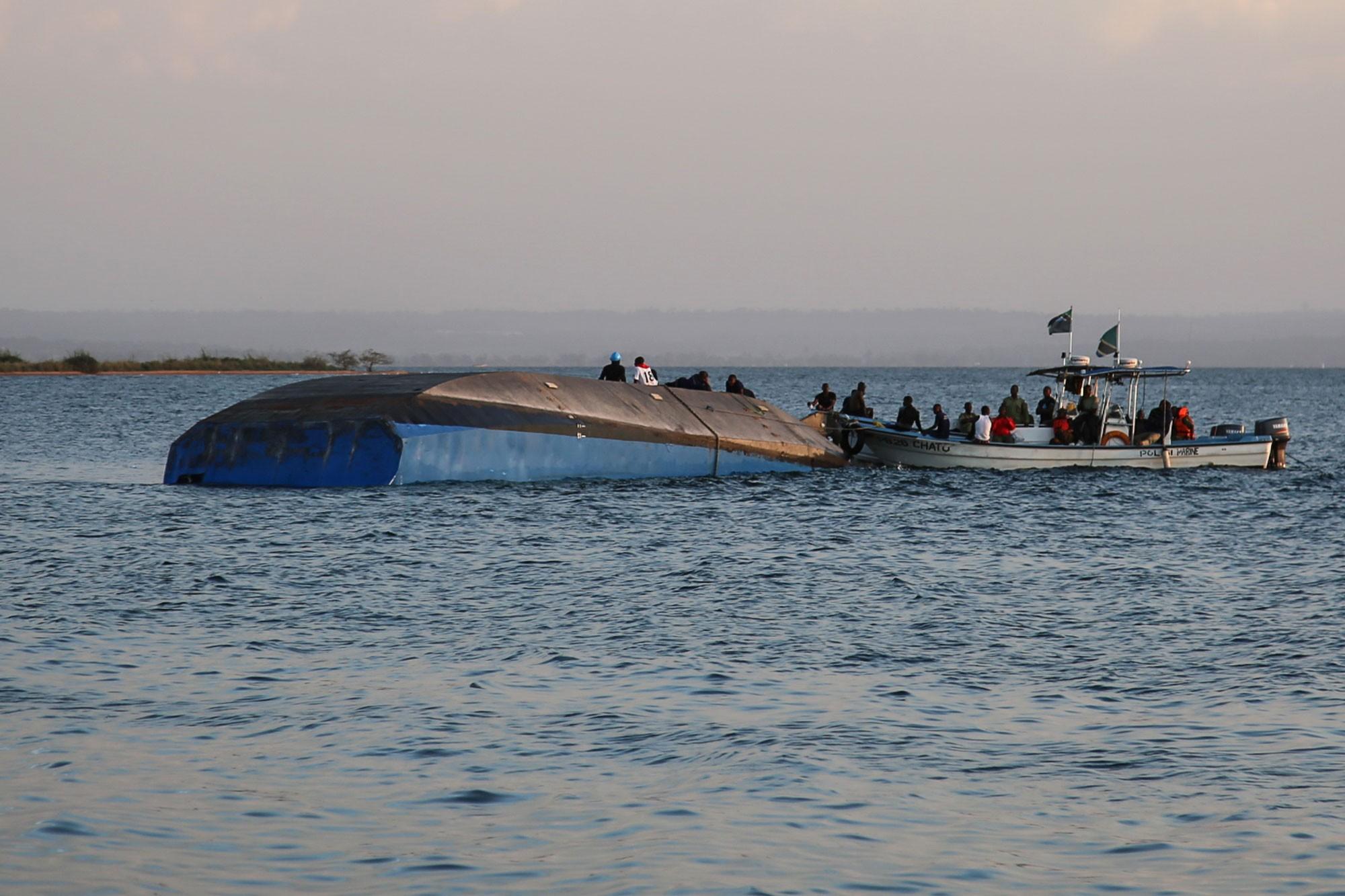Homem é resgatado com vida após naufrágio em lago na Tanzânia que matou mais de 200