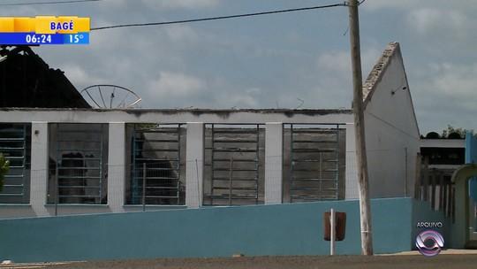 Um ano após incêndio, escola do RS ainda funciona com improvisos