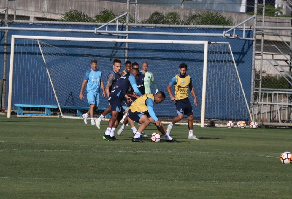 Jael protege em treino do Grêmio — Foto: Eduardo Moura