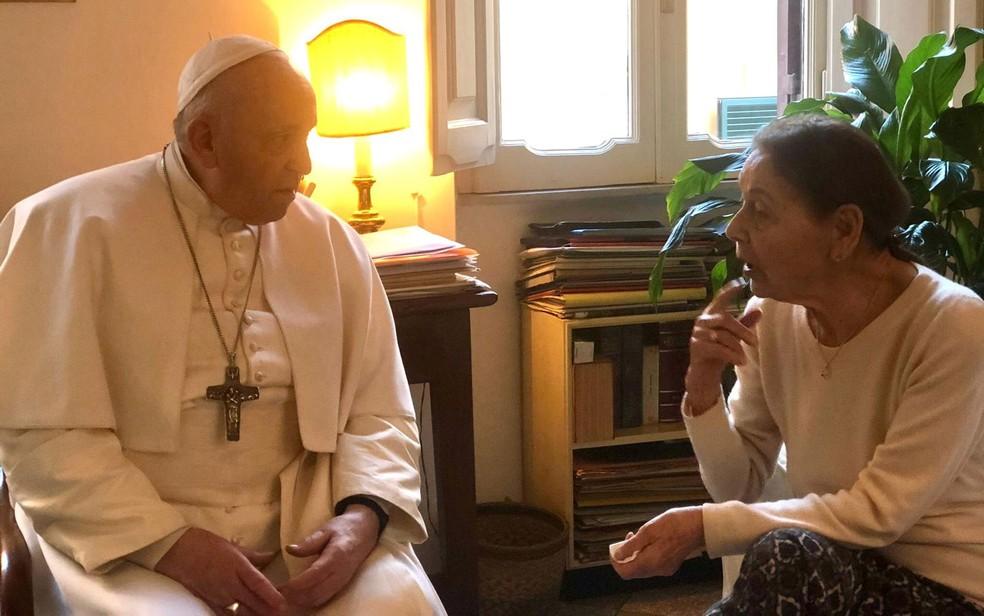 O Papa Francisco visita a poetisa e sobrevivente do Holocausto, Edith Bruck, na casa dela em Roma, na Itália, no sábado (20) — Foto: Vatican Media/Handout via Reuters