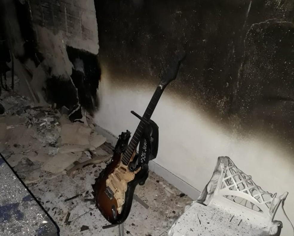Instrumentos musicais foram queimados dentro de igreja em Parelhas, na região Seridó potiguar — Foto: Oberdan Eduardo Bezerra