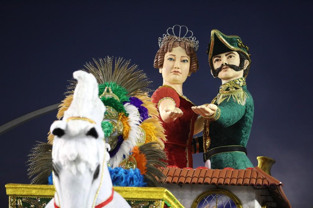 Carro da Tom Maior tem figuras da Imperatriz Leopoldina e de Dom Pedro I (Foto: Marcelo Brandt/G1)