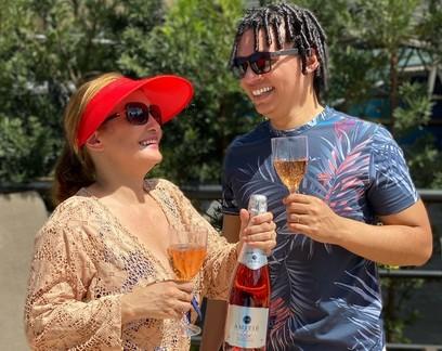 Casal com deficiência visual fatura R$ 20 mil por mês vendendo vinhos pela internet