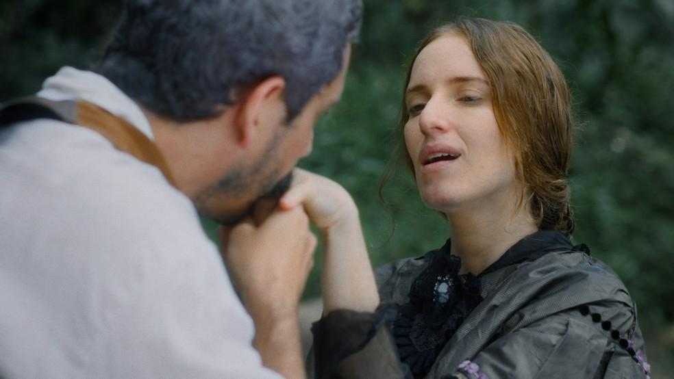 Tonico (Alexandre Nero) seduz Jerusa (Carolina Ferman) em 'Nos Tempos do Imperador' — Foto: Globo