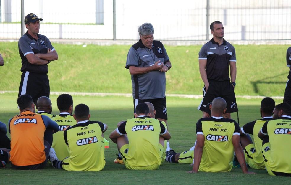 Geninho tem longa conversa com jogadores no centro do gramado do Frasqueirão (Foto: Andrei Torres/ABC)