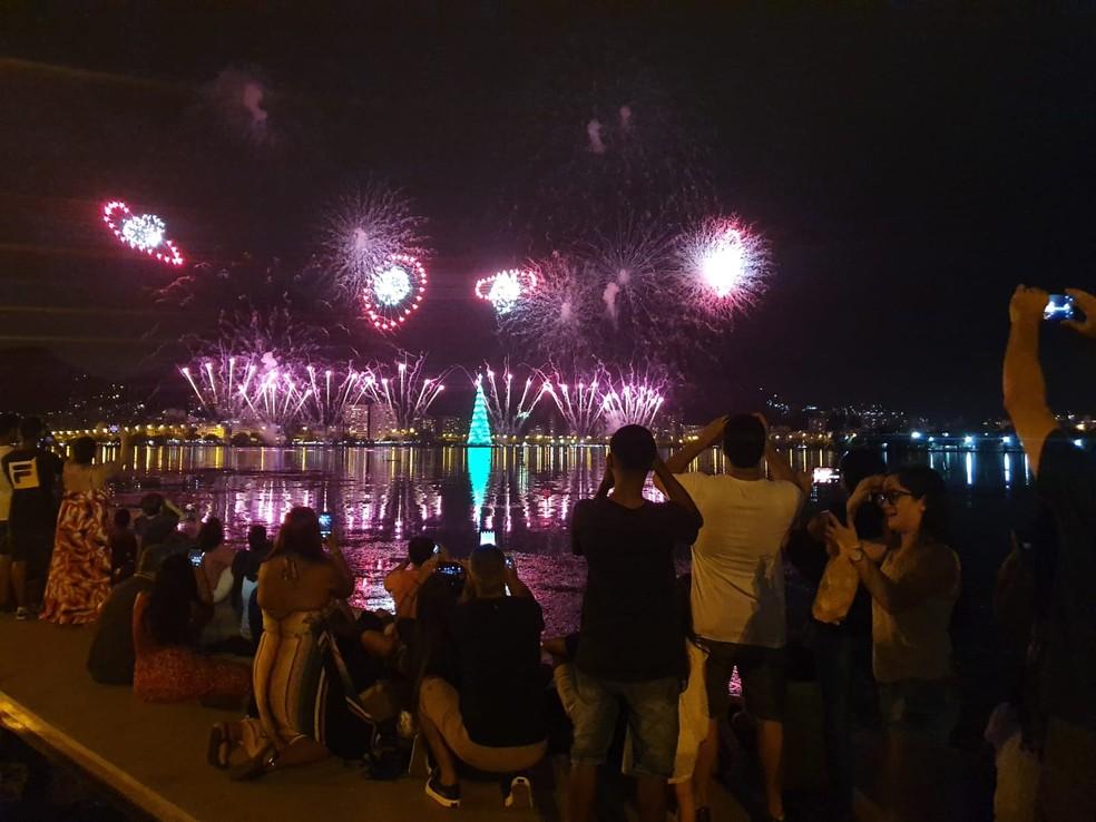 Público lotou a orla da Lagoa para acompanhar o show pirotécnico — Foto: Elisa Soupin/G1 Rio