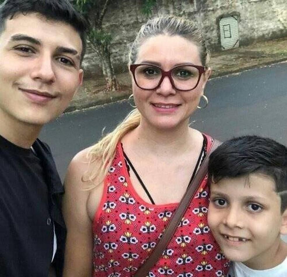 João Bernardo mora com a mãe, Daiane, e o irmão, Kauan, em Maringá — Foto: Arquivo pessoal