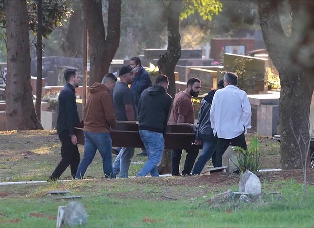 Corpos de Rafael Miguel e pais são enterrados (Foto: QUEM)