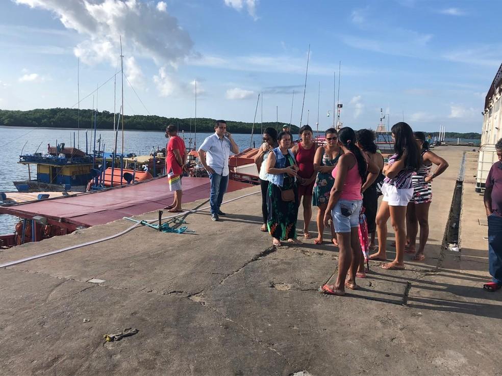 Familiares cobram mais agilidade nas buscas pelos pescadores no Ceará — Foto: Mateus Ferreira/SVM