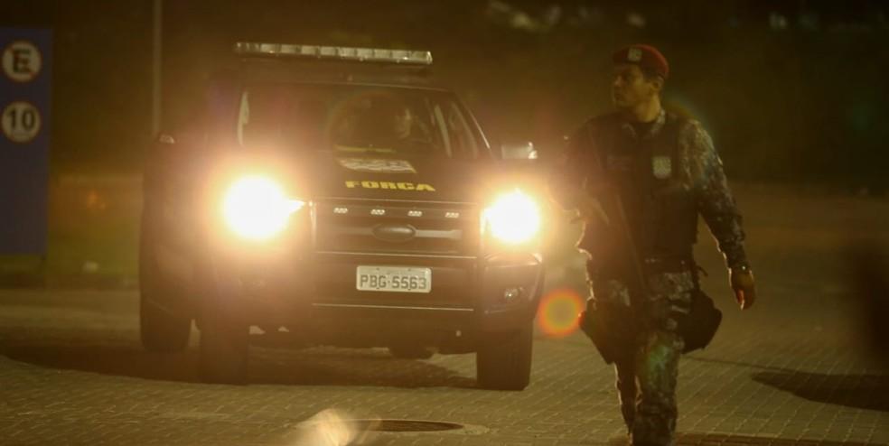 Força Nacional começou a atuar nas ruas de Fortaleza na noite desta sábado — Foto: Camila Lima/SVM