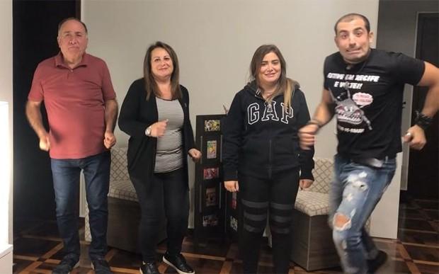 Kaysar Dadour dança com a família (Foto: Reprodução/Instagram)
