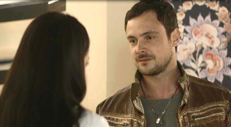 Chiclete (Sergio Guizé) quer saber se Vivi (Paolla Oliveira) mentiu quando terminou com ele, em 'A Dona do Pedaço' — Foto: Globo