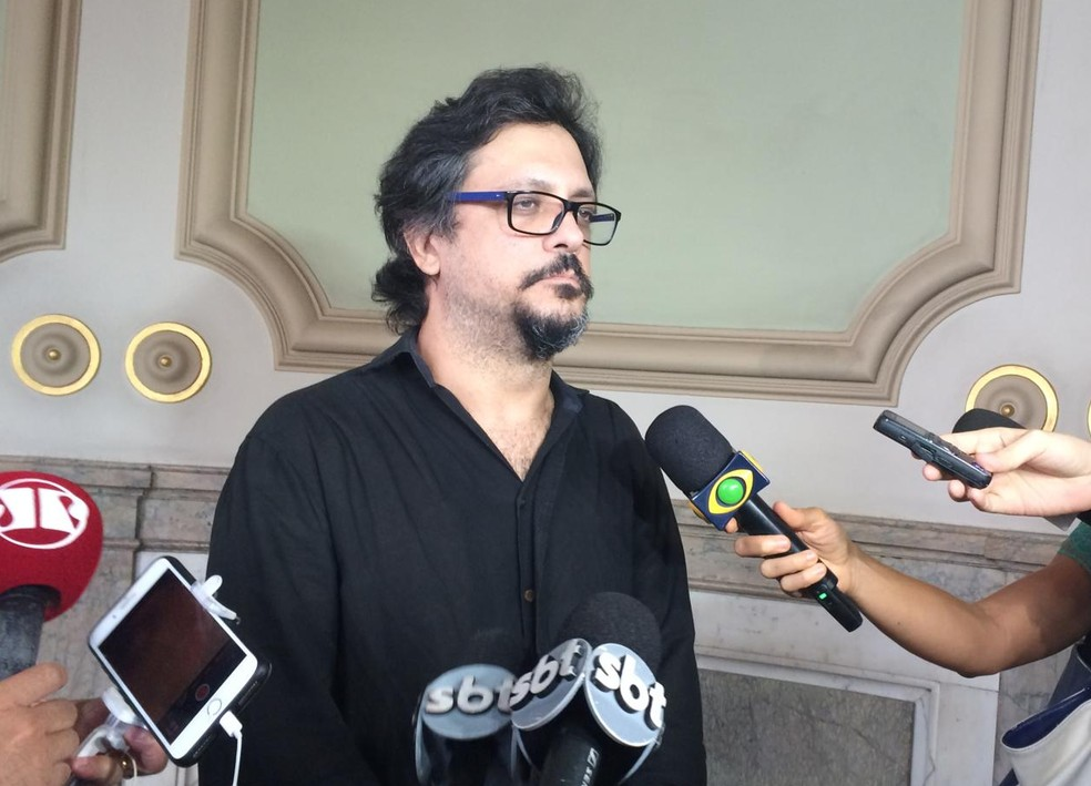 Filho de Lúcia Mauro, o ator Lúcio Mauro Filho, no velório do pai no Theatro Municipal — Foto: Raísa Pires / G1