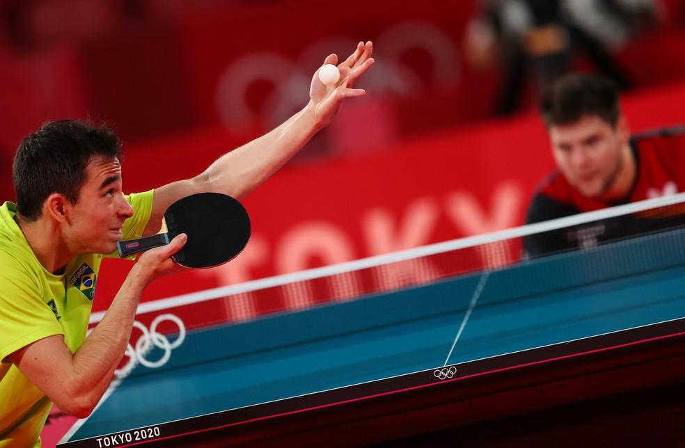 Hugo Calderano, do Brasil, contra Dimitrij Ovtcharov, da Alemanha, no tênis de mesa — Foto: Jung Yeon-je/AFP