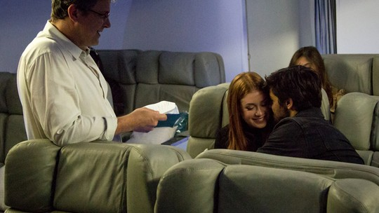 Marina Ruy Barbosa e Felipe Simas se emocionam gravando cenas do último capítulo