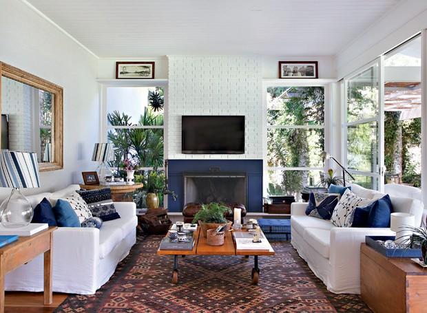 Neste projeto da arquiteta Patricia Carvalho, o sofá ganhou capa sob medida branca que, junto com o tom azul, traz um visual elegante para a sala de estar (Foto: Denilson Machado/MCA Estúdio)