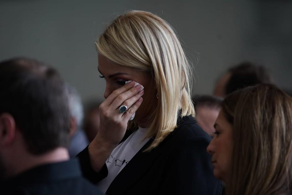 Apresentadora Ana Hickmann chora durante velório de Gugu na Alesp — Foto: Marcelo Brandt/G1