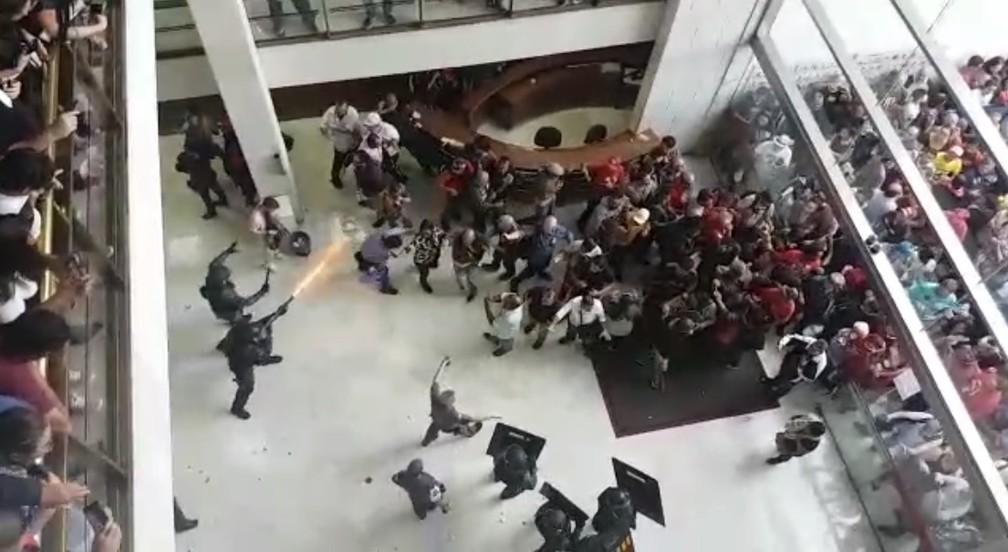 Policial Militar atira contra servidores públicos que protestavam na Alesp contra a aprovação da Reforma da Previdência no estado de São Paulo — Foto: Reprodução/Arquivo Pessoal