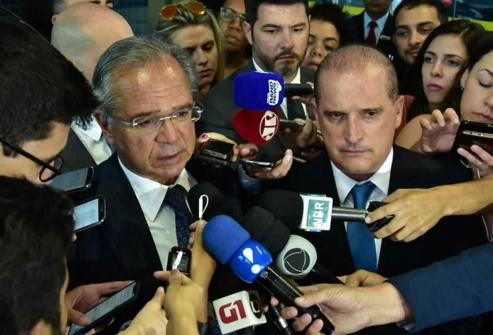O ministros da Economia, Paulo Guedes (esq.), e da Casa Civil, Onyx Lorenzoni (dir.), durante entrevista coletiva em Brasília — Foto: Rafael Carvalho/Casa Civil