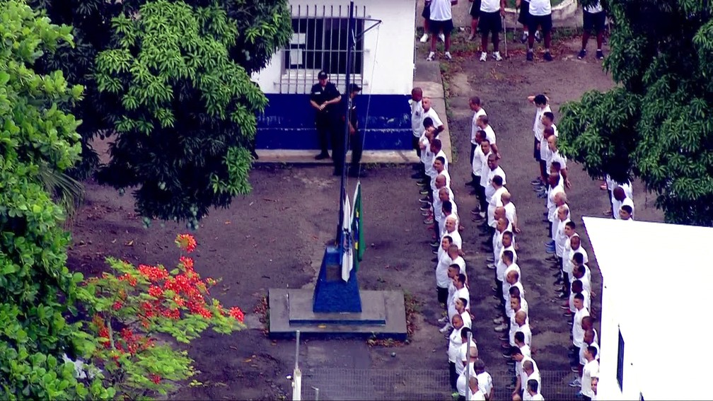Pezão não estava no pelotão perfilado diante do mastro; governador ficou em grupo à parte — Foto: Francisco de Assis/TV Globo