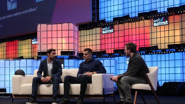 Caen Contee (esq.) e Markus Villig foram entrevistados pelo jornalista Nate Lanxon (Foto: Felipe Maia)