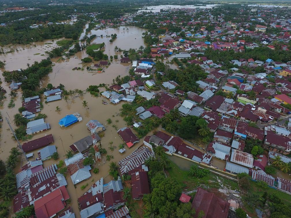 Área inundada em Bengkulu, na Indonésia, na foto de mídias sociais de sábado (27). — Foto: EP Creative Productions/via Reuters