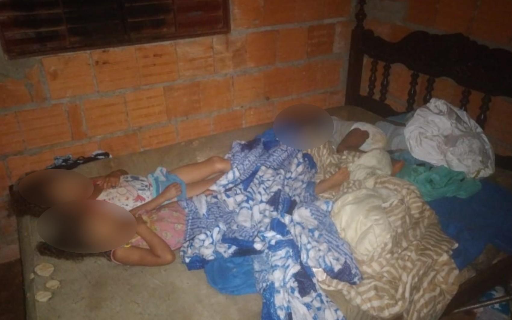 Cinco crianças são deixadas sozinhas em casa por uma semana e relatam terem sofrido abuso e tortura, diz polícia
