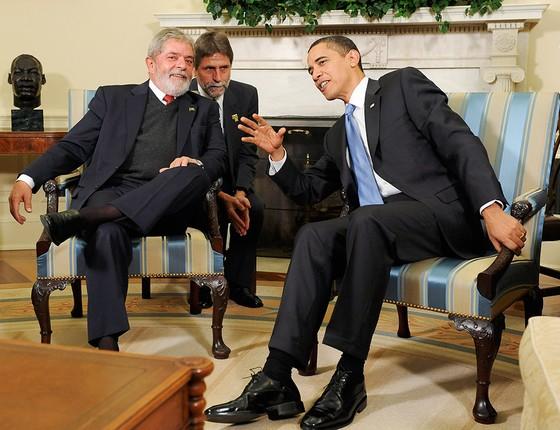 """O intérprete Sérgio Ferreira cochicha ao ouvido do ex-presidente Lula, enquanto traduz o ex-presidente Barack Obama, em 2009, na Casa Branca. Ferreira dominava o """"lulês"""" (Foto: JONATHAN ERNST/REUTERS)"""