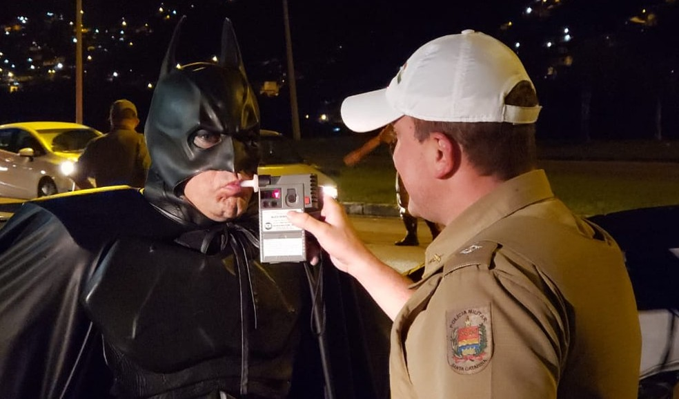 'Batman' faz teste do bafômetro em Florianópolis — Foto: PMRv/Divulgação