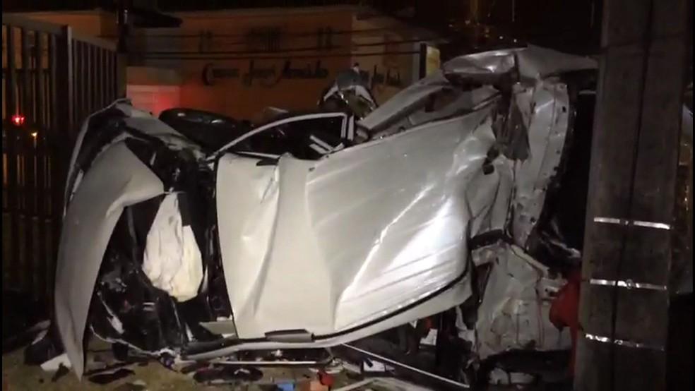 Carro ficou destruído após colisão na Zona Norte do Recife  (Foto: Reprodução/TV Globo)