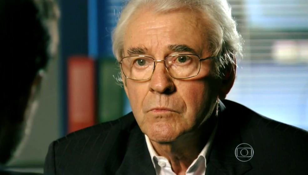Samuel (Juca de Oliveira) diz na delegacia que sofreu uma tentativa de assassinato - 'Flor do Caribe' — Foto: Globo