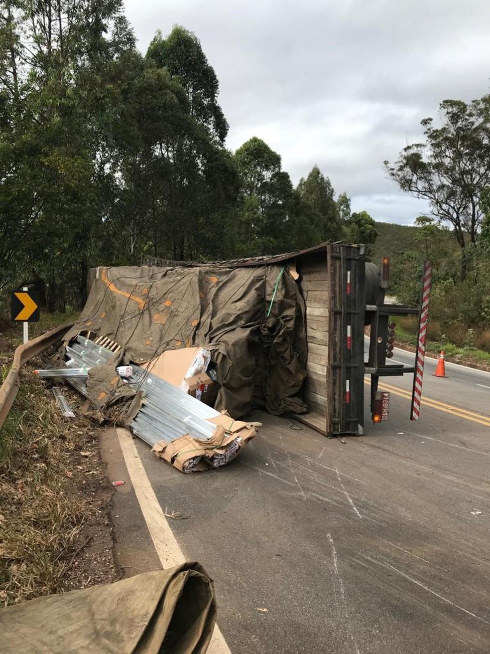 Caminhão tomba e interdita parte da BR -356, em Itabirito — Foto: Divulgação / Polícia Militar